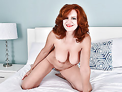 American milf Andi James rubs the brush clit fiercely